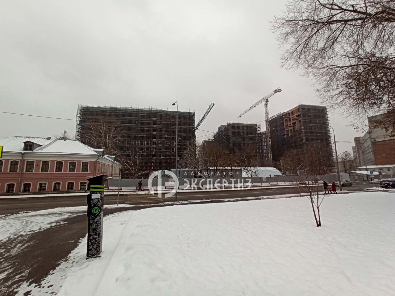 Вид на большую почтовую строящееся здание.