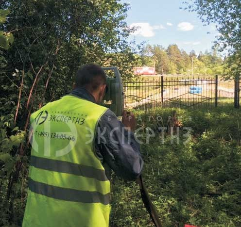 Геотехнический мониторинг специалист с нивелиром