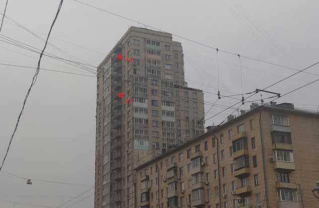 Фотофиксация установленных плёночных отражателей на здании